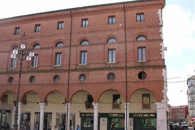Vista del Palazzo dalla Piazza Vittorio Emanuele