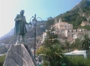 Statua e fontana di Flavio Gioia - Amalfi