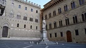Piazza Salimbeni - >Siena