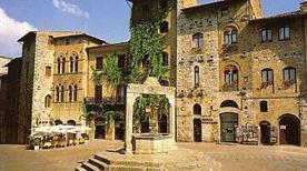 Piazza della Cisterna - >San Gimignano