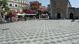 Piazza Nove Aprile - >Taormina