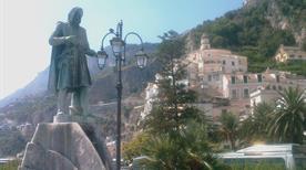 Statua e fontana di Flavio Gioia - >Amalfi
