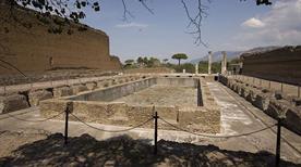 Villa Adriana: Quadriportico con Peschiera - >Tivoli