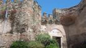 I resti delle vecchie mura - >Alba