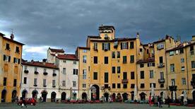 Piazza dell'Anfiteatro - >Lucca
