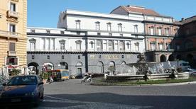 Piazza Trieste e Trento - >Napoli