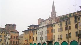 Piazza delle Erbe - >Mantova