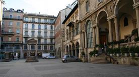 Piazza dei Mercanti - >Milano
